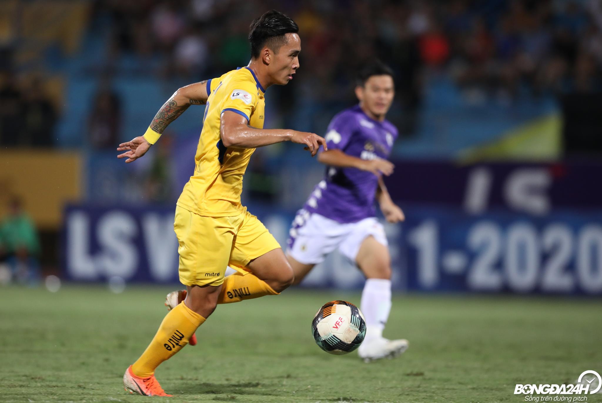 Cựu tuyển thủ U23 Việt Nam đau đớn khi bị dẫm vào cổ chân